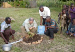 Besuch des deutschen Botschafters: Baumpflanzaktion